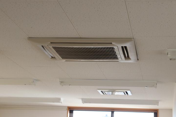 事務所内天井型エアコン(キッチン)